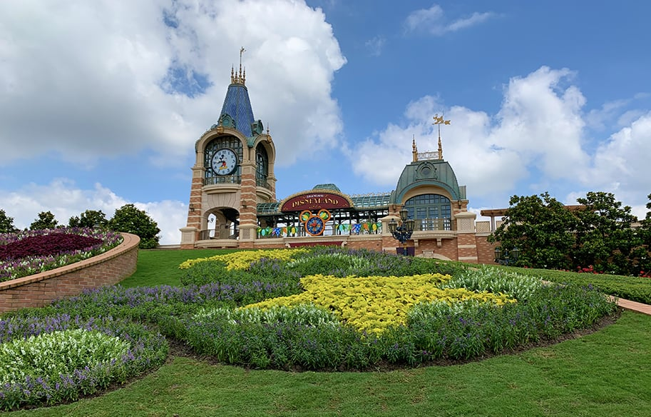 shanghai-disney-resort-malories-adventures-malorie-mackey-train-station