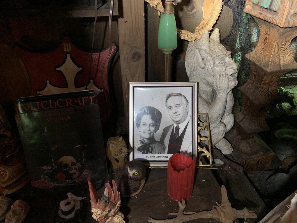 annabelle-the-conjuring-mirror-warrens-occult-museum-ed-and-lorraine-warren-weird-world-adventures (2)