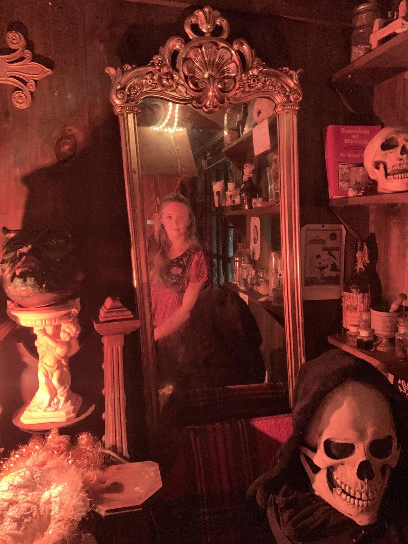annabelle-the-conjuring-mirror-warrens-occult-museum-ed-and-lorraine-warren-weird-world-adventures